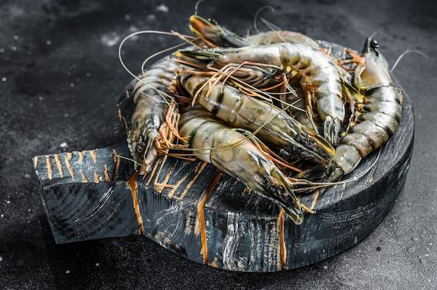 Crevettes tigrées crues noires.