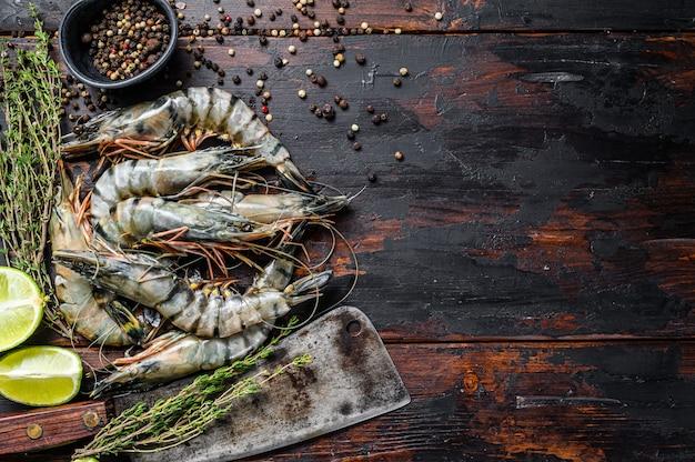 Crevettes tigrées fraîches, crevettes aux épices et herbes.