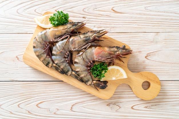 Crevettes tigrées fraîches ou crevettes sur planche de bois