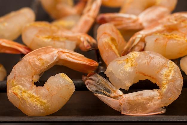 Crevettes tigrées grillées se bouchent. fruits de mer grillés