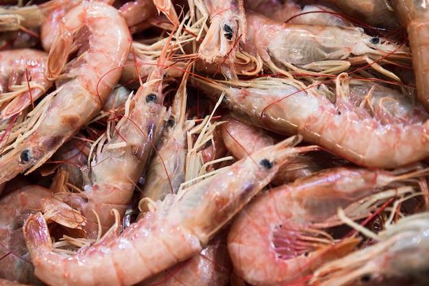Crevettes tigrées texturées au marché central d'athènes, grèce