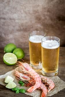 Crevettes avec verres de bière