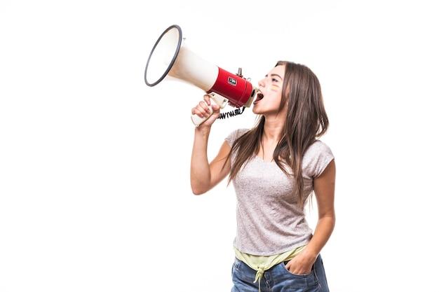 Cri sur mégaphone espagne fan de football femme en jeu de soutien de l'équipe nationale d'espagne sur fond blanc. concept de fans de football.
