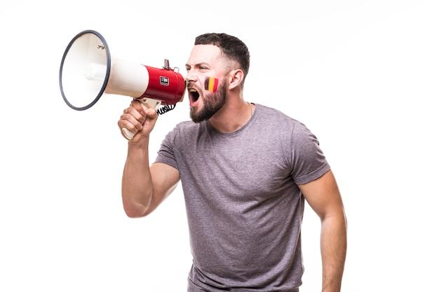 Cri sur mégaphone fan de football belgique dans le jeu de soutien de l'équipe nationale belge sur fond blanc. concept de fans de football.