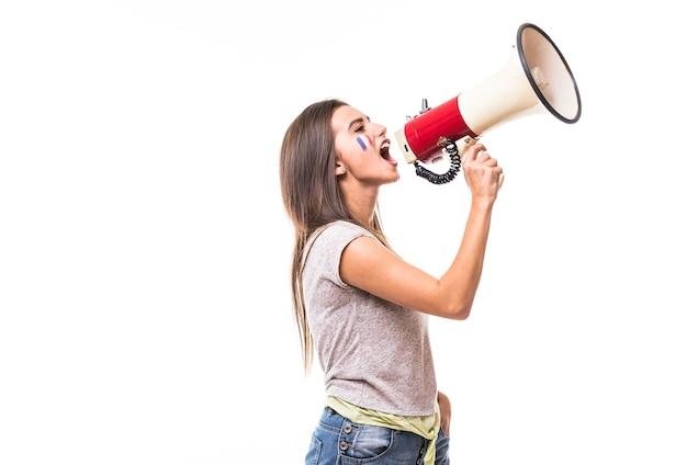 Cri sur mégaphone france fan de football femme en jeu de soutien de l'équipe nationale de france sur fond blanc. concept de fans de football.