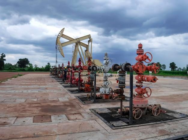 Cric de pompe commençant la course de levage pour extraire le pétrole brut d'un puits de pétrole en production.