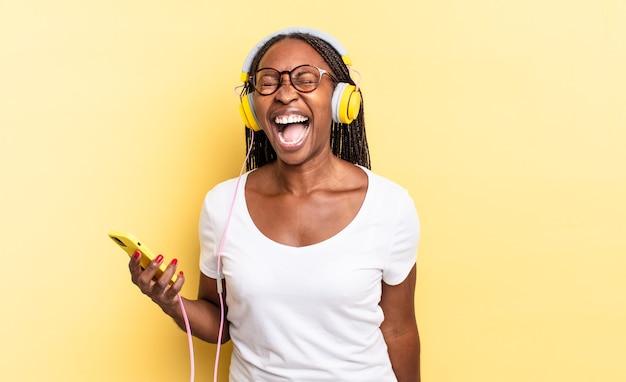 Crier agressivement, avoir l'air très en colère, frustré, indigné ou agacé, crier non et écouter de la musique
