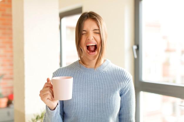 Crier agressivement, avoir l'air très en colère, frustré, indigné ou agacé, crier non