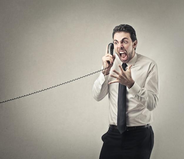 Crier au téléphone
