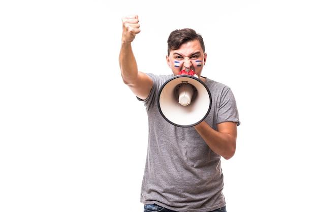 Crier sur fan de football argentine mégaphone dans le jeu de soutien de l'équipe nationale argentine sur fond blanc. concept de fans de football.