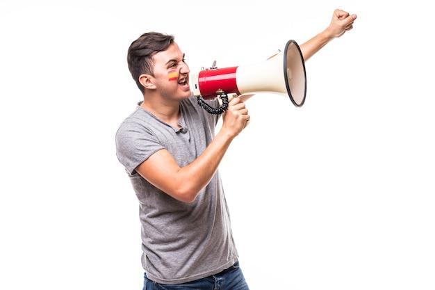 Crier sur fan de football espagne mégaphone dans le jeu de soutien de l'équipe nationale d'espagne sur fond blanc. concept de fans de football.