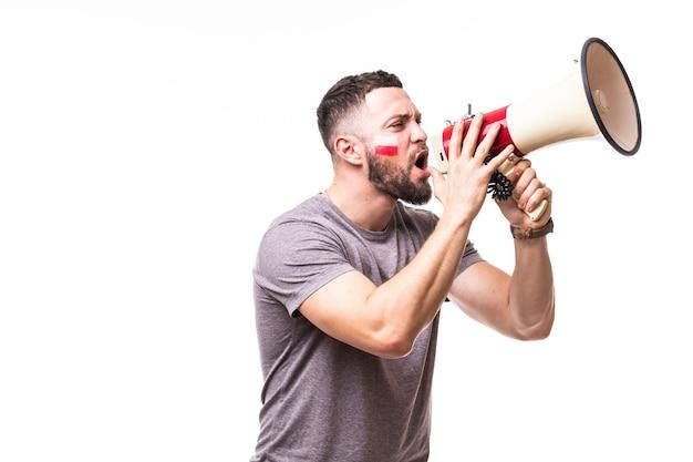 Crier sur fan de football pologne mégaphone en jeu de soutien de l'équipe nationale de pologne sur fond blanc. concept de fans de football.
