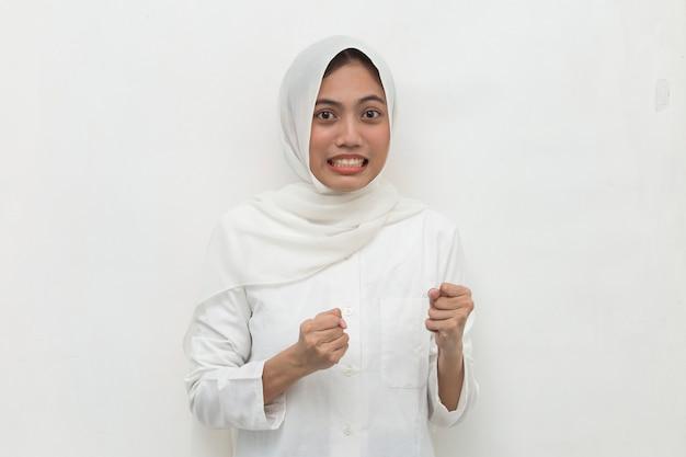Crier la haine et la rage concept femme musulmane émotionnelle en colère en hijab criant