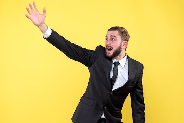 Crier jeune homme pointant quelque part sur jaune