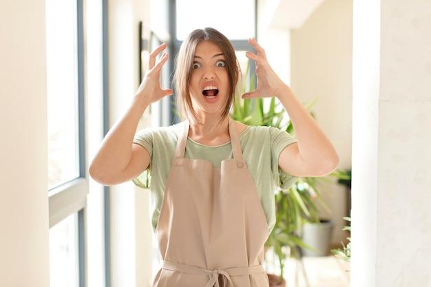 Crier avec les mains en l'air, se sentir furieux, frustré, stressé et bouleversé
