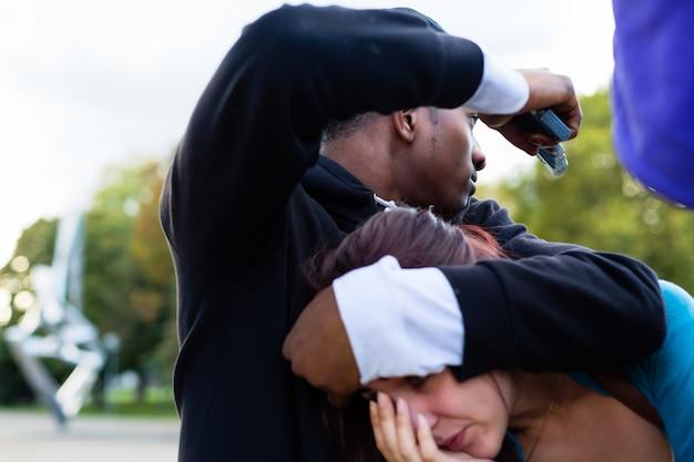 Crime - homme tenant une femme en otage avec arme à feu