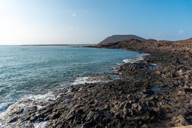 Criques de pierres précieuses sur l'isla de lobos, au large de la côte nord de fuerteventura, îles canaries. espagne