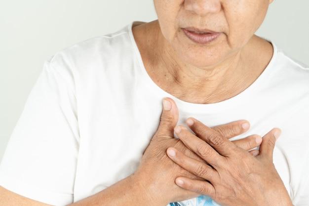 Crise cardiaque, vieille femme, tenue, poitrine