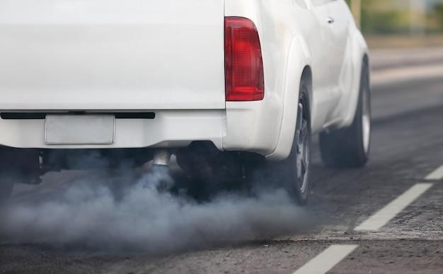 Crise de la pollution de l'air en ville par le tuyau d'échappement des véhicules diesel sur la route