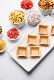 Crispy canape ou canapãƒâ© est une recette d'entrée de l'inde - puri de forme ronde ou carrée rempli de yaourt et de pomme de terre, chat, sev, sauce au tamarin, etc. mise au point sélective