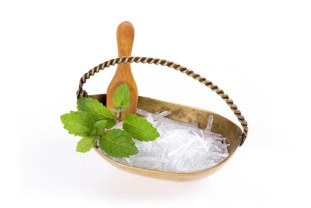 Cristal de menthol et feuilles de menthe isolés sur fond blanc