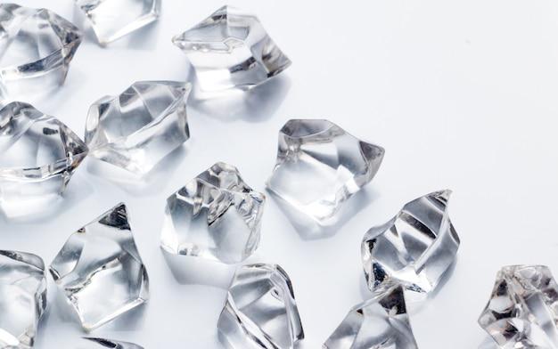 Cristal sur le sol blanc
