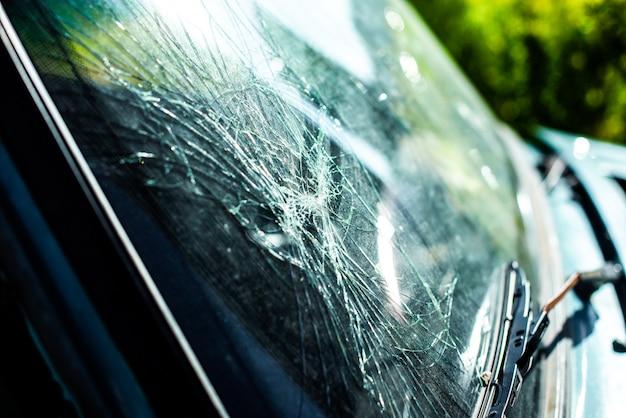 Cristal de voiture cassé