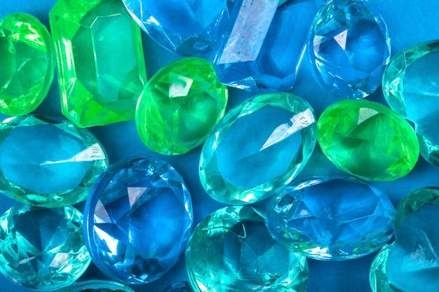 Cristaux colorés de bleu et vert sur fond bleu