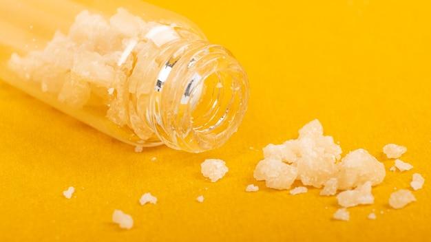 Des cristaux de marijuana ferment des morceaux de cire de cannabis médical