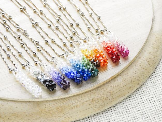 Cristaux pendants. pendentif en cristal de pierres précieuses de différentes couleurs.