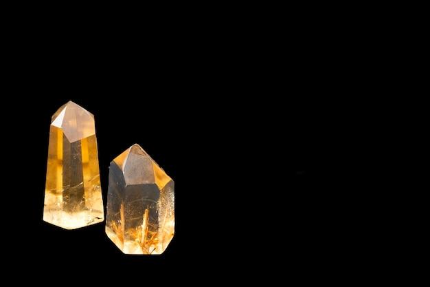 Cristaux de quartz brillant transparent sur fond noir, isoler sur fond noir avec espace copie