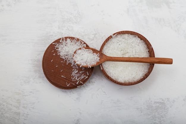 Cristaux sel monosodique d'acide glutamique dans une cuillère en bois msg additif alimentaire