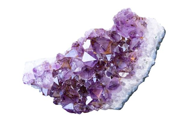 Cristaux violets d'améthyste, isoler sur fond blanc.