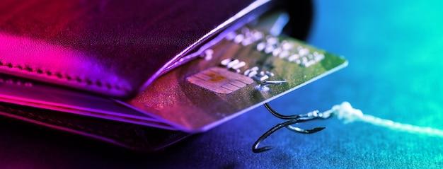Un crochet de canne à pêche a accroché une carte de crédit dans mon portefeuille. vol de données de cartes de crédit. un pirate a volé de l'argent sur une carte de crédit.
