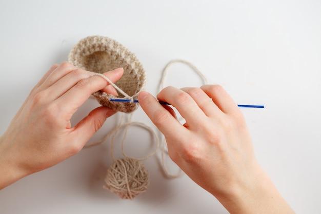 Crochet fait main artisanat passe-temps processus femme main