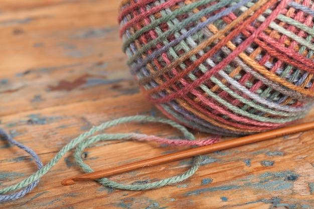 Crochet, fait à la main, travaux d'aiguille. écheveau multicolore de fils et un crochet