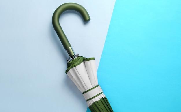 Crochet de poignée de parapluie sur fond bleu deux tonnes. vue de dessus, minimalisme