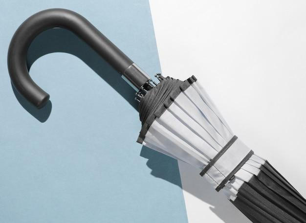 Crochet de poignée de parapluie sur fond de papier. vue de dessus, minimalisme