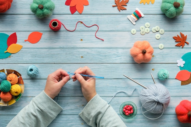 Crochet de tricot de mains de femmes adultes.