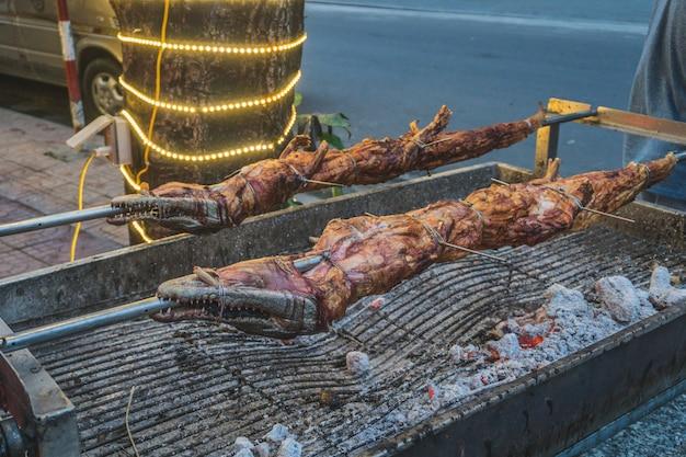 Crocodile grillé sur le feu ouvert au restaurant de fruits de mer, repas exotiques au vietnam, plats de la cuisine asiatique, viande de crocodile crue, plats exotiques.