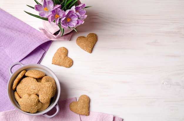Crocus lilas et biscuits secs au sésame