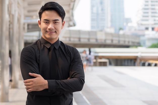 Croisement de bras homme d'affaires asiatique heureux heureux
