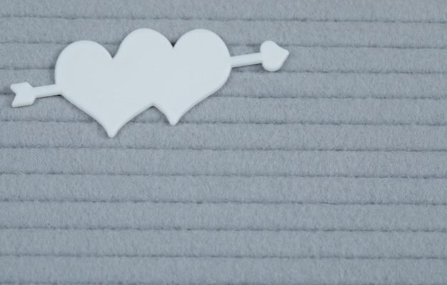Croisement des cœurs incrustés sur une surface grise