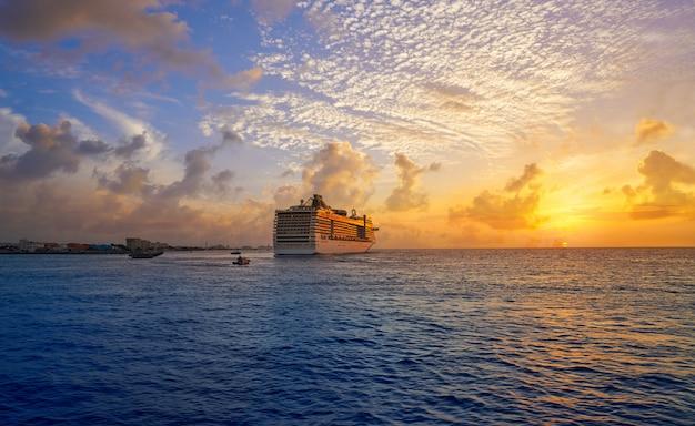 Croisière au coucher du soleil sur l'île de cozumel, riviera maya