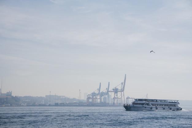 Croisière sur le bosphore, istanbul, turquie. vagues sur l'eau.