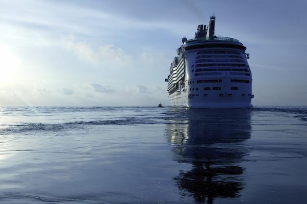 Croisière sur l'île d'ibiza, lever de soleil en méditerranée.