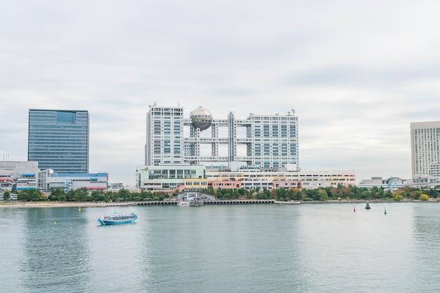 Croisière de tokyo croisière en bateau devant le centre commercial odaiba aqua city et le bâtiment télévisé fuji, odaiba.
