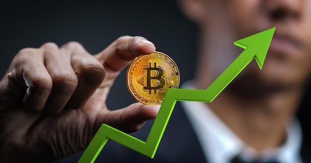 Croissance de bitcoin. homme affaires, tenue, bitcoin, vert, 3d, flèche, haut