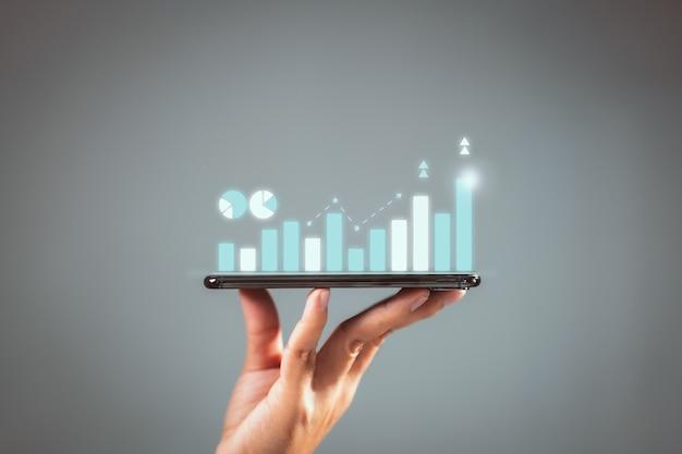 Croissance du graphique du plan de l'homme d'affaires et augmentation des indicateurs positifs du graphique dans son entreprise