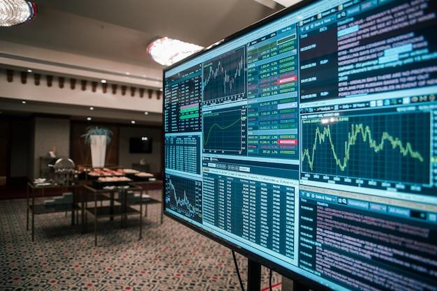 La croissance des stocks sur un moniteur dans un graphique d'échange de salle d'affaires investir